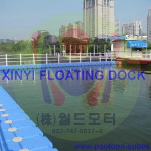 Floating swimming pool